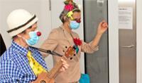 Clown-Visite zur Aufmunterung kleiner Patienten wieder möglich